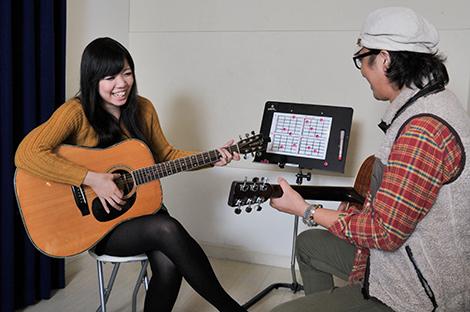 選択制でギターかピアノを同時に学べます。